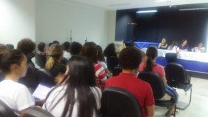 Mesa de discussão entre alunos e egressos do curso