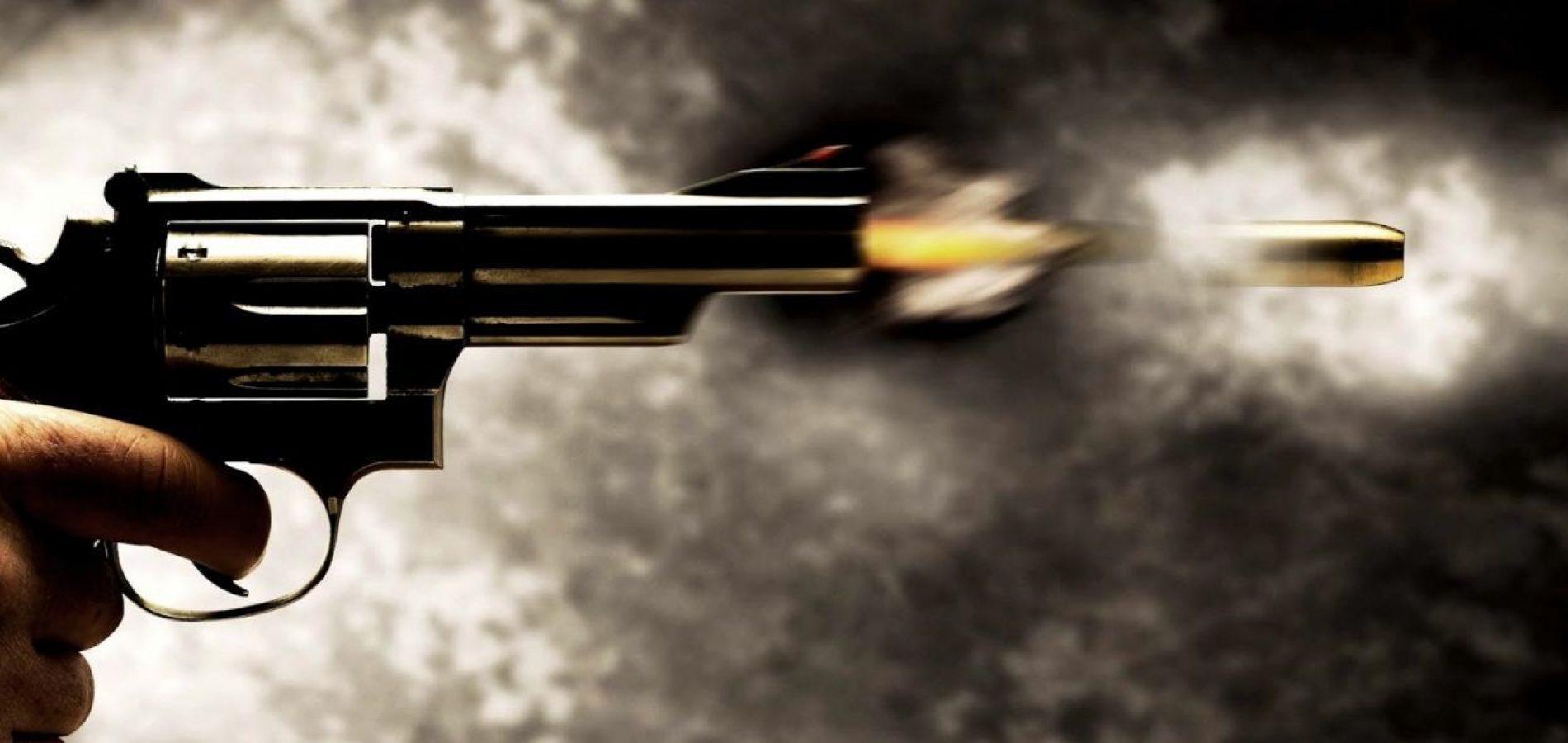 Imagem de um revolver atirando